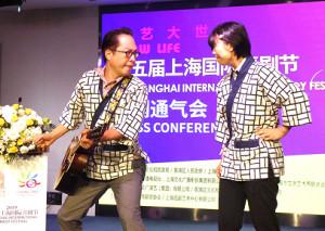 上海での会見に出席した松浦真也(左)と曽麻綾(吉本興業提供)