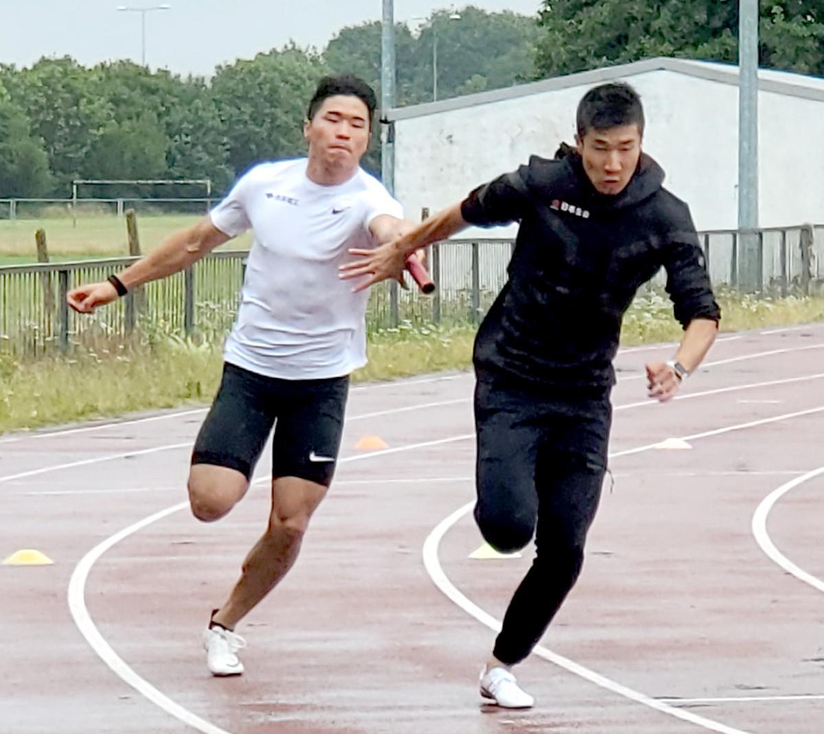 ロンドン郊外でバトン合わせ練習をする小池祐貴(左)と桐生祥秀