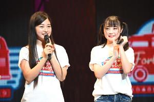 東京公演で研究生から正規メンバーに昇格した道枝咲(左)と佐藤美波