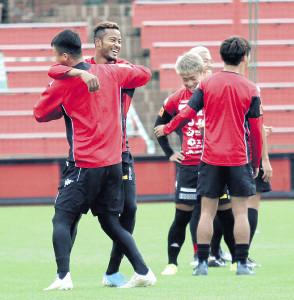 札幌FW鈴木(左から2人目)は、満面の笑みでMF荒野と抱き合う