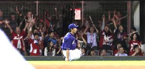9回1死一、二塁、堂林の打球を捕球できず険しい表情を見せる左翼手・福田