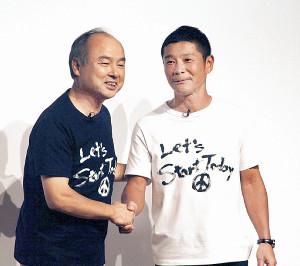おそろいのTシャツでツーショットに納まる前澤友作氏(右)と孫正義氏