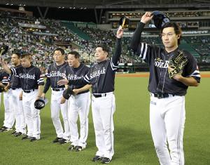 試合終了後、右翼席のファンに挨拶する(右から)柳田、工藤監督ら(カメラ・頓所 美代子)
