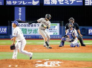 4回1死一塁、25号2ランを放った丸。投手の武藤(手前)や捕手・伊藤光が打球の飛んだ右翼方向を見つめる中、丸の顔は三塁側を向いたままだった(カメラ・池内 雅彦)