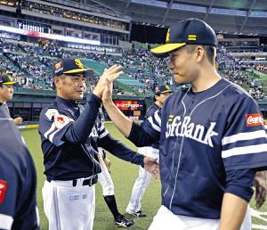 試合後、工藤監督(左)と勝利のタッチを交わす千賀(カメラ・頓所 美代子)