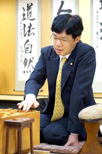 歴代単独3位の公式戦通算1325勝をマークした谷川浩司九段。背には自筆の「道法自然」の掛け軸が(カメラ・筒井 政也)