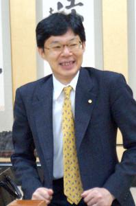 感想戦終了後の取材会で笑顔をこぼした谷川浩司九段(カメラ・筒井政也)