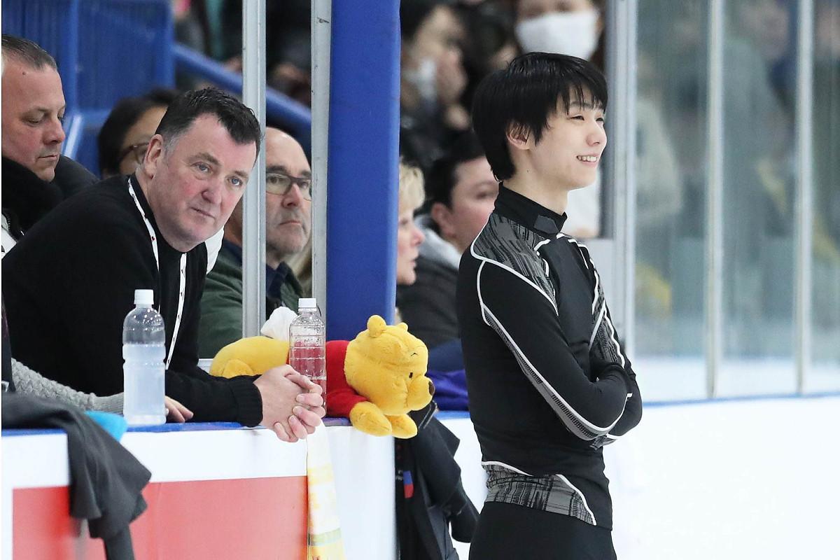 笑顔で練習する羽生結弦(左はコーチのブライアン・オーサー氏)