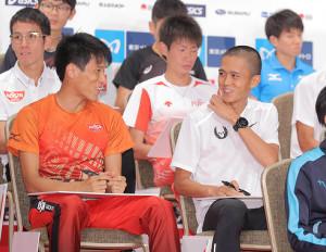 MGCの記者会見の合間に談笑する村沢明伸(左)と大迫傑(カメラ・相川 和寛)