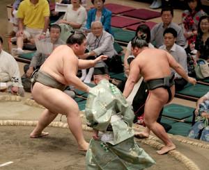 納谷(左)は押し出しで翠富士を破る(カメラ・佐々木 清勝)