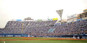 新設されたウイング席まで満員の横浜スタジアム