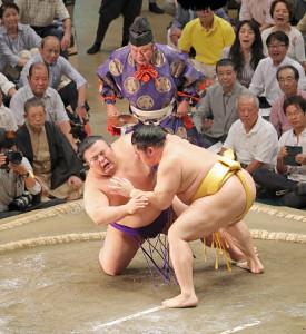 貴景勝(左)はつきひざで遠藤に敗れ初黒星(カメラ・佐々木 清勝)