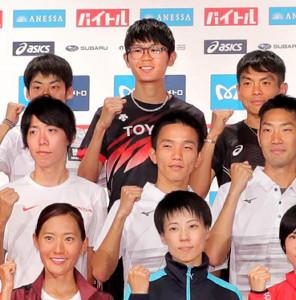 MGCの記者会見に出席した堀尾謙介(後列中央)