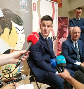 取材に応じたアイルランド代表SOのセクストン(右隣はディーンDFコーチ)