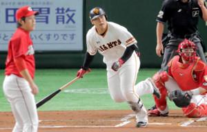 1回1死一、二塁、岡本が左前適時打(投手・九里、捕手・会沢)