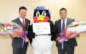 引退会見でつば九郎からねぎらいのメッセージを送られる館山(左)と畠山