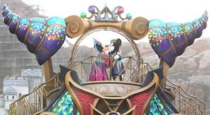 TDSの新ショー「フェスティバル・オブ・ミスティーク」でキスするミッキーマウス(右)とミニーマウス(カメラ・関口 俊明)
