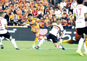 前半25分、同点ゴールを決める西沢(左)