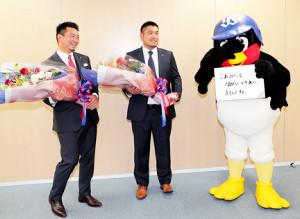 引退会見でつば九郎からねぎらいのメッセージを送られる館山(左)と畠山(カメラ・池内 雅彦)