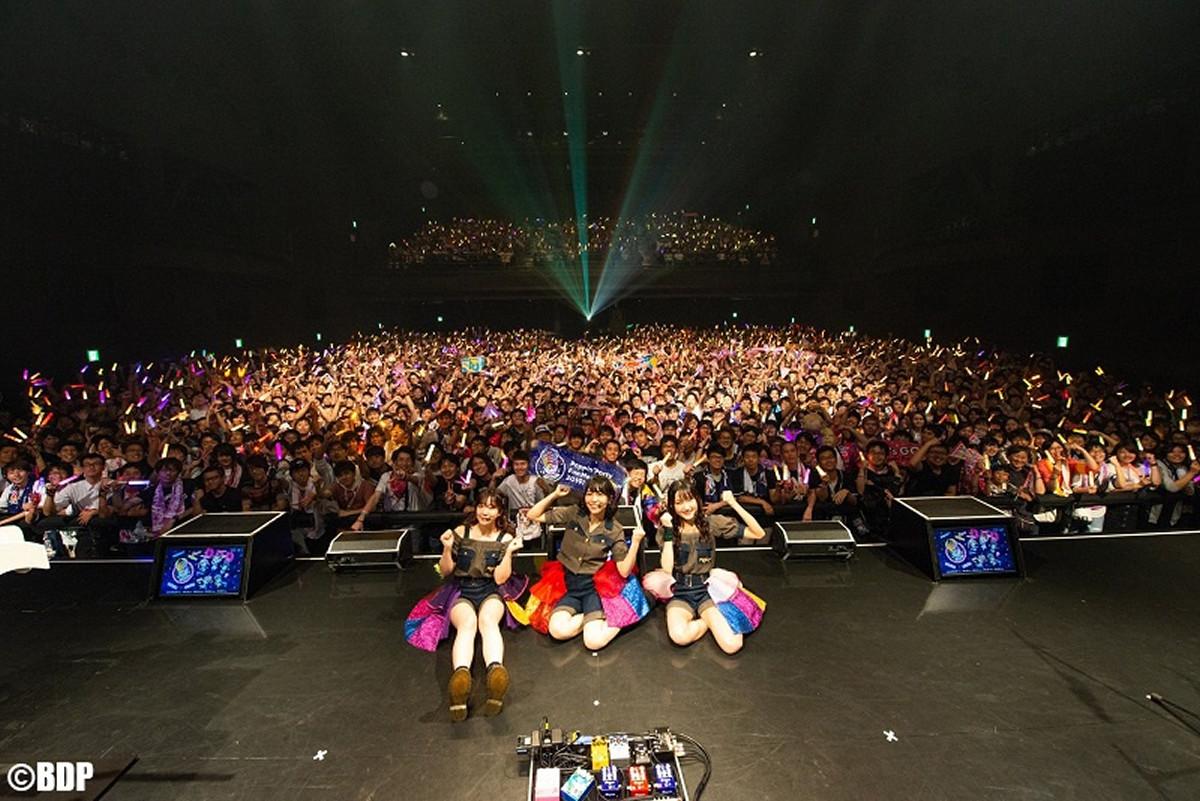 大阪のバンドリーマーと記念撮影した(左から)伊藤彩沙、愛美、西本りみ(C)BanG Dream! Project/撮影:Satoshi Hata