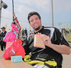 2015年の春季キャンプで、女性ファンからのチョコレートに笑顔を見せた阪神・メッセンジャー