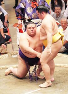 貴景勝(左)は、つきひざで遠藤に敗れる(カメラ・佐々木 清勝)
