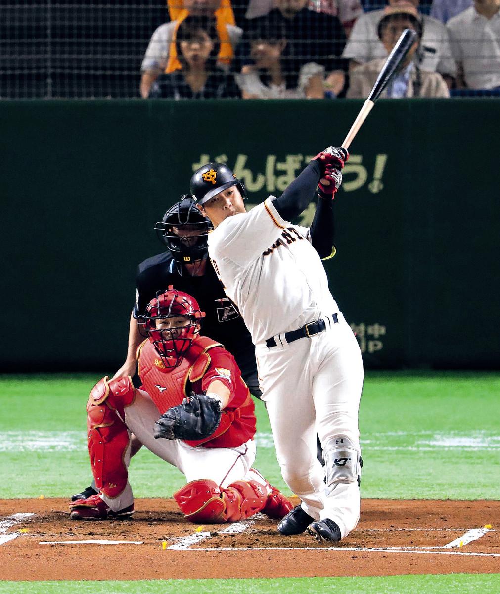 1回1死一、二塁、岡本が左前に先制適時打を放つ(捕手・会沢=カメラ・相川 和寛)
