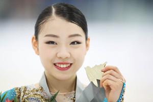 女子フリープログラム、優勝し、金メダルを手に笑顔の紀平梨花