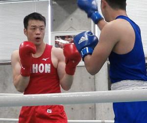 全日本選手権関東予選会の初戦を突破したミドル級の佐藤幸治(左)