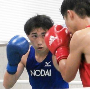 全日本選手権関東予選会初戦で4−1の判定で勝った松本圭祐(左)