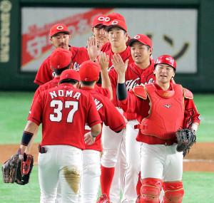 試合に勝利し、タッチを交わす広島ナイン