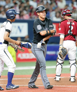 4回1死一、三塁、太田が四球で出塁