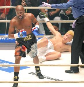 那須川天心(右)にパンチをヒットさせ、ダウンを奪ったフロイド・メイウェザー(2018年12月31日)