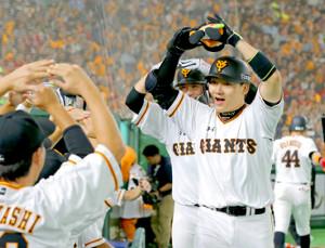 4回無死一塁、逆転の2点本塁打を放った丸佳浩は自らもマルポーズベンチのナインに迎えられる