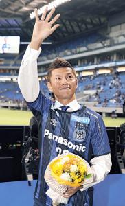 引退セレモニーで場内一周し、声援に応えるG大阪・播戸