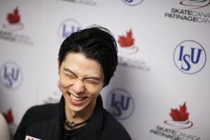 競技を終えて笑顔で報道陣の質問に答える羽生結弦(カメラ・矢口 亨)