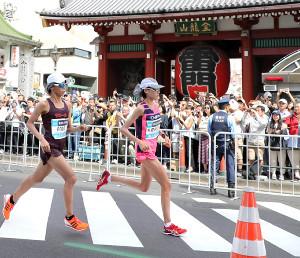 優勝して東京五輪代表に内定した前田穂南(右)
