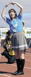 J3沼津―C大阪U―23試合前にサポーター前で「おはなまるポーズ」を取る高槻かなこ
