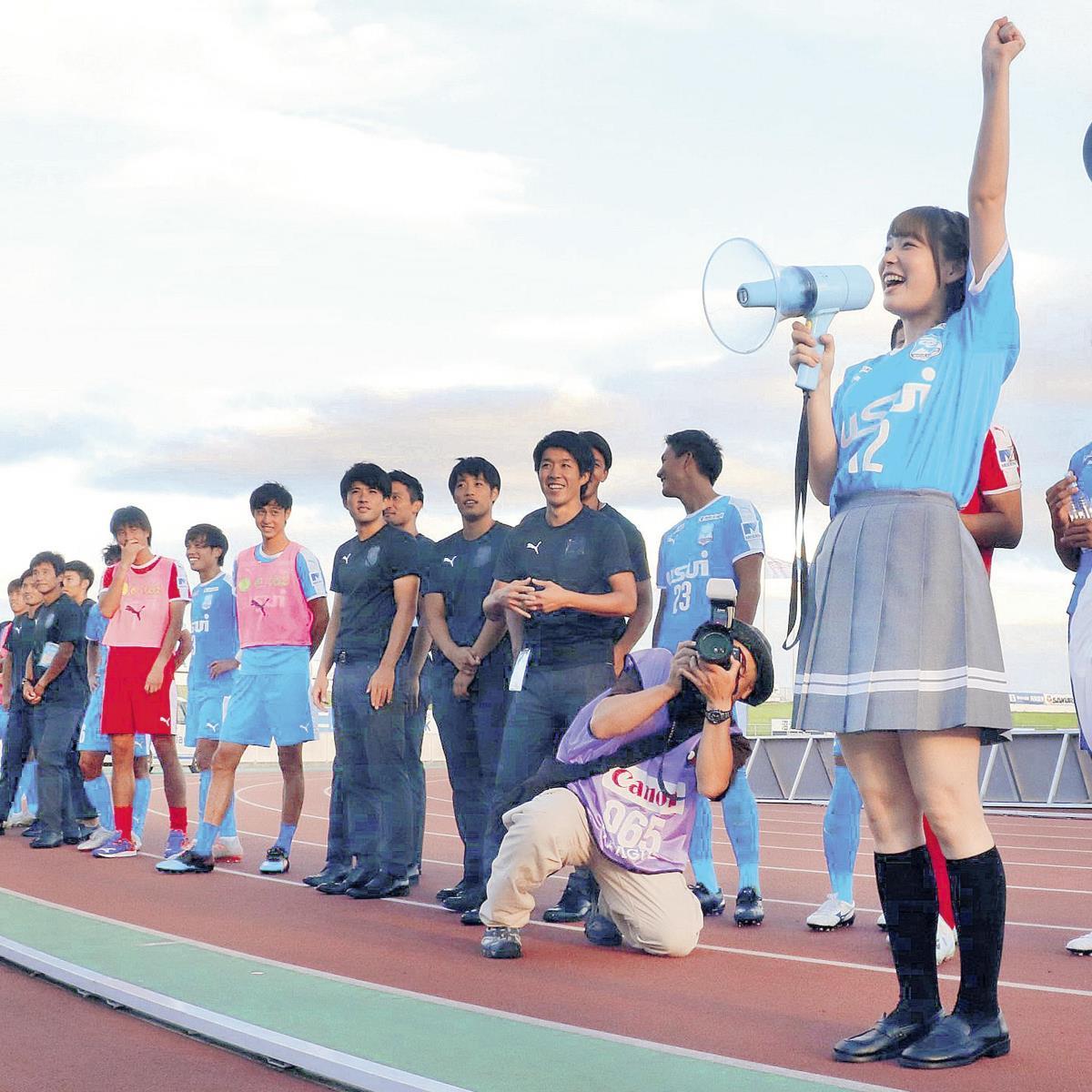 J3沼津勝利後、ラブライブ!サンシャイン!の国木田花丸役の高槻かなこがサポーターに「アスルクラロ最高ずらー!」と叫ぶ