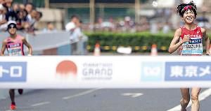 2位でゴールする鈴木亜由子(左は3位の小原怜)