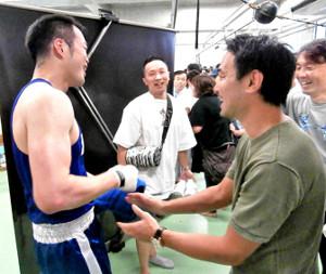佐藤(左)の応援に駆けつけた(右から)葛西裕一さん、山中慎介さん、粟生隆寛さん