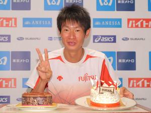 16日に27歳になった中村匠吾はケーキを手に笑顔でVサイン(カメラ・相川 和寛)