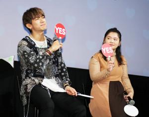ドラマの試写会に出席し、恋愛にまつわるQ&Aに答えるNAOTO(左)と富田望生