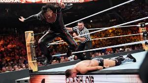 ミズを攻める中邑真輔(C)2019 WWE, Inc. All Rights Reserved.