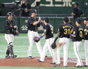 最後を締めた藤川球児(左から2人目)はナインと勝利のハイタッチ