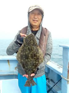 1.5キロオーバーのヒラメを手にした中島さん