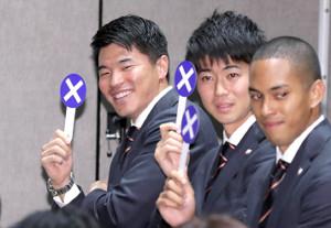 壮行会で回答札を使って質問に答える(左から)小池祐貴、多田修平、ケンブリッジ飛鳥