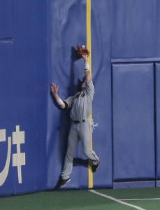 1回無死、平田良介の打球を落球する左翼手の重信慎之介。ビデオ検証の結果ファールと判定された