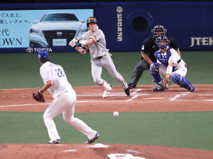 2回1死一塁、中前打を放つ重信慎之介。投手・梅津晃大、捕手・大野奨太、球審・敷田直人(カメラ・関口 俊明)