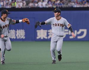 3回、山本泰寛とグラブタッチを交わす高橋優貴(右)(カメラ・橋口 真)